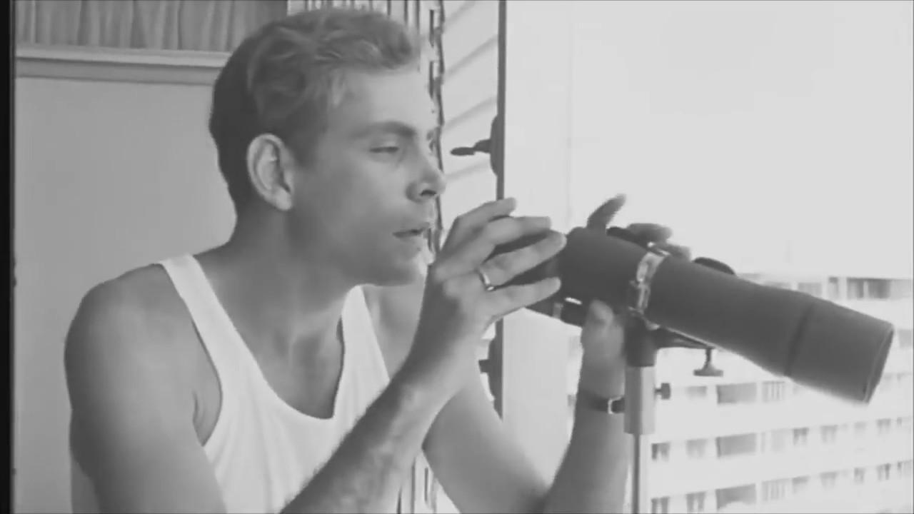 Kadr z filmu Tomasa Gutierreza Alea przedstawiający dandysa z lunetą